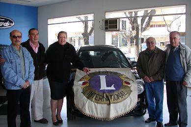 Ganadores del auto e integrantes del Club de Leones.