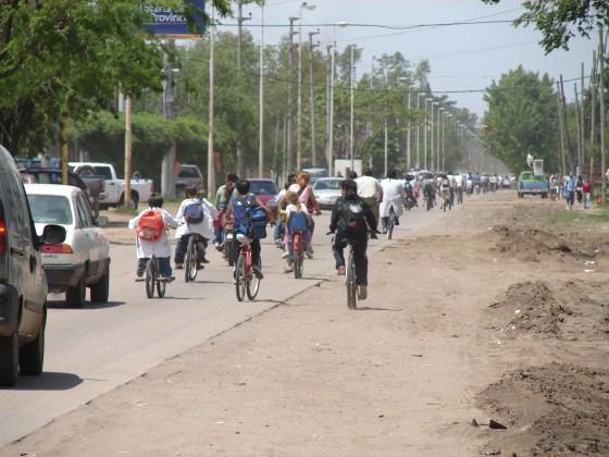 Circulación de vehículos por el acceso a mediodía.