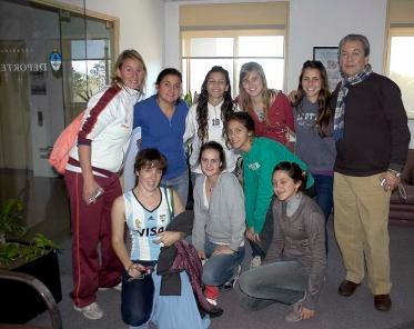 La ex Leona Jorgelina Rimoldi junto a varias chicas en las oficinas del tercer piso.