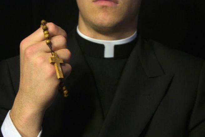 sacerdote-anonimo_655x438