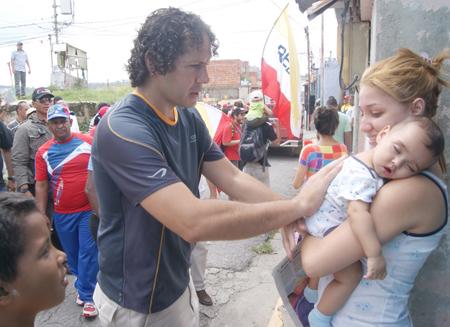 Garcés saludó a los vecinos y evaluó -junto a ellos- calles deterioradas y paredes con filtraciones que afectan a la comunidad