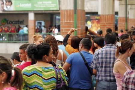 Largas filas se formaron en La Hoyada por pañales