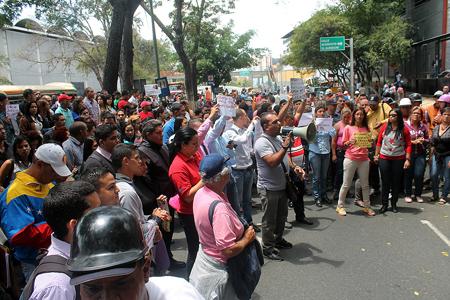 Desde las 11:00  a.m. comenzaron a llegar las personas que rechazan las políticas de seguridad que viene aplicando el gobernador del estado Miranda,  Henrique Capriles.