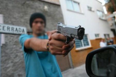 Pistoleros abordaron a dos hombres que caminaban por la solitaria vía principal del sector para propinarles sendos balazos a cada uno