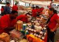 Unas 10 toneladas de alimentos entre pollo regulado, pescado, frutas, verduras, hortalizas, charcutería y embutidos a precio justo pudieron adquirir los trabajadores. ARCHIVO