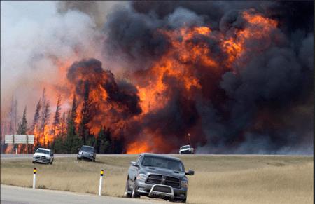 Incendio en oeste de Canadá destruye campamento petroleros con 665 viviendas