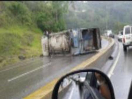 El camión se volcó por exceso de velocidad