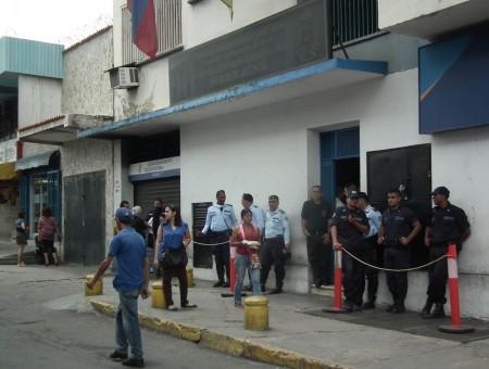 Funcionarios policiales custodiaron la entrada de los tribunales