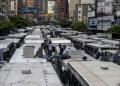 Los transportistas de varias rutas de la Gran Caracas llegaron en caravana a la avenida Francisco de Miranda y estacionaron sus unidades. JUAN BARRETO / AFP