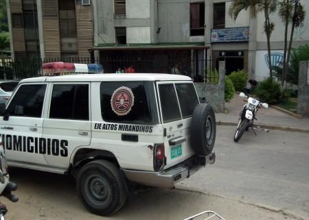 Los efectivos adscritos al Eje contra Homicidios, Altos Mirandinos, mientras se trasladaban por la Lagunetica del municipio Guaicaipuro, dieron con la aprehensión de: Deivy Jesús Flores Mendoza