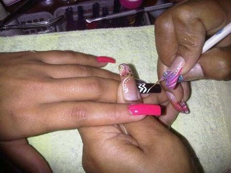 Es importante limar las uñas todas las semanas y utilizar pinturas en buenas condiciones