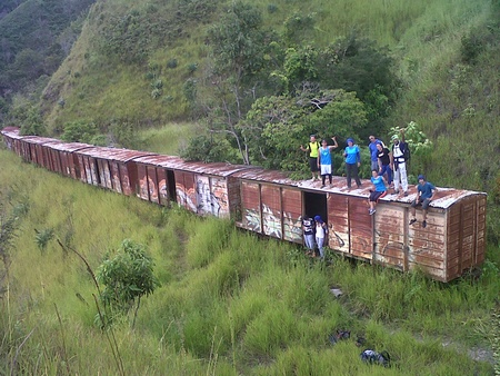 Quien se anima a la aventura debe atravesar 5 túneles y tres viaductos en una caminata de unas cinco horas por las montañas altomirandinas