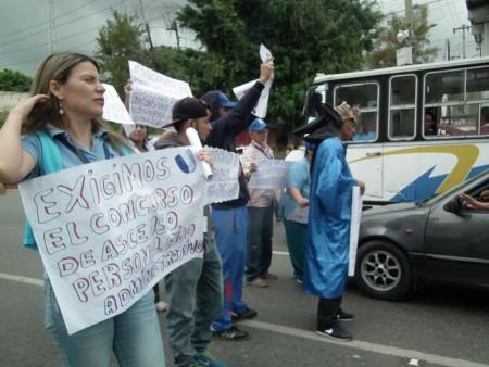 Asalariados adscritos a la citada casa de estudios protestaron en la avenida Bicentenario para solicitar al rector el pago inmediato de sueldos adeudados