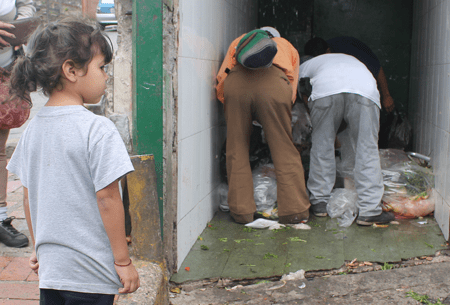 Cada día son más los niños, jóvenes y personas de tercera edad que optan por hurgar entre la basura en busca de restos de alimentos para comer y burlar el hambre por unas horas