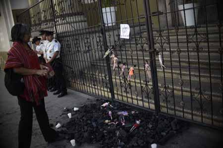Los guatemaltecos demandan explicaciones por la muerte de 31 adolescentes,  en un incendio de un hogar juvenil investigado por denuncias de abusos sexuales