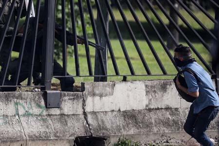 La imagen capturada por la agencia de noticias Reuter, muestra cuando el joven recibe un disparo durante manifestación en Altamira por un funcionario de la Guardia Nacional