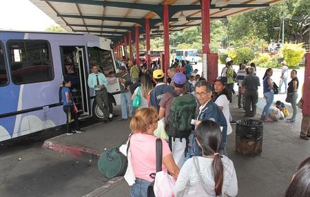 Trabajadores de la economía informal de la terminal  preocupados por la inseguridad. Foto: Deisy Peña
