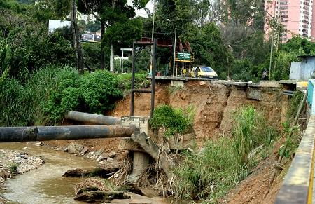Muy deteriorado el puente  Aramburú. Foto: Deysi Peña