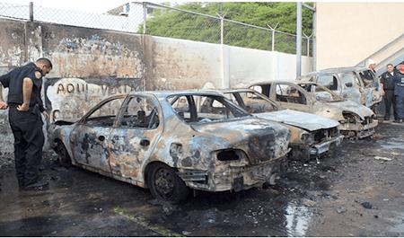 Extraoficialmente una bomba molotov provocó las llamas que afectaron tres automóviles que estaban estacionados a las afueras del medio de comunicación.