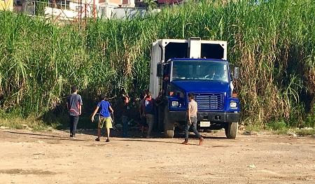 Cada tarde se repite la misma escena: niños rodean los camiones en busca de alimentos entre la basura.