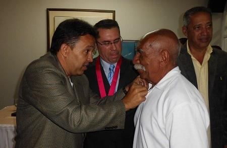 Concejal Manolo Blanco entregó varias condecoraciones