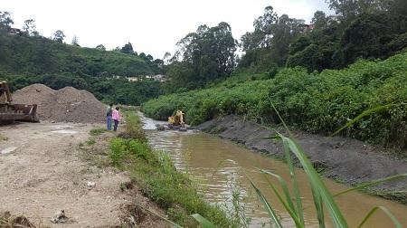 La dirección de ingeniería dirigida por el alcalde José Luis Rodríguez inició trabajos en quebradas adyacentes a las residencias.