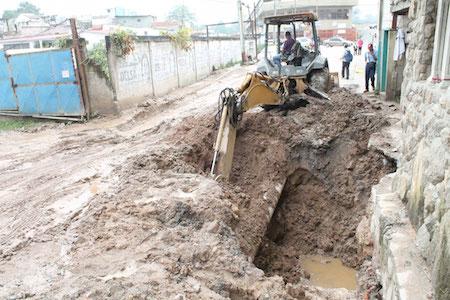 En Carrizal reparan falla en colectora de aguas servidas en calle El Trigo