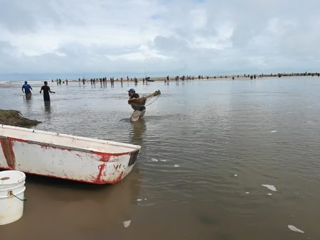 Cientos abarrotan laguna en Tacarigua con la esperanza de pescar para comer. Foto: Daniel Murolo