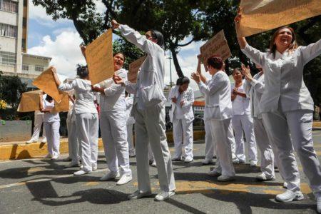 """Enfermeros y universitarios protestan por la """"burla"""" que son sus sueldos"""