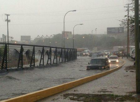 Lluvias inundaron autopistas.
