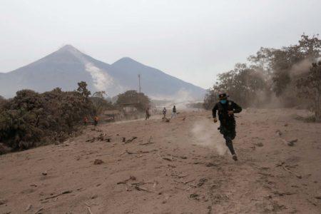Aumentan a 69 los muertos por potente erupción del volcán de Fuego en Guatemala