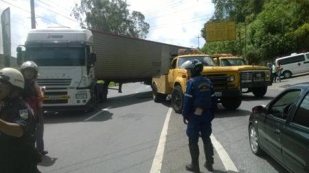 Camión cargado de aceite trancó bajada de El Tambor