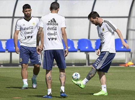 Argentina's forward Lionel Messi (R) controls a mini ball next to teammates midfielder Angel Di Maria (C) and forward Sergio Aguero during a training session at the team's base camp in Bronnitsy, on June 25, 2018 on the eve of the team's third game as part of the Russia 2018 World Cup Group D football match. / AFP / JUAN MABROMATA  FBL-WC-2018-ARG-TRAINING