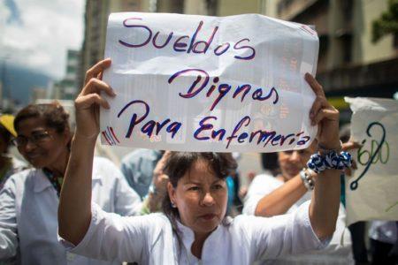 Trabajadores públicos venezolanos mantienen protestas por mejores salarios