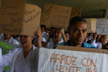 Persisten las protestas por la crisis venezolana y el Parlamento las respalda