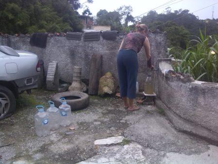 Los sanantoñeros se ven en la obligación de recurrir a la comprar de cisternas con un valor de BsS.1000 para la obtención del vital líquido.