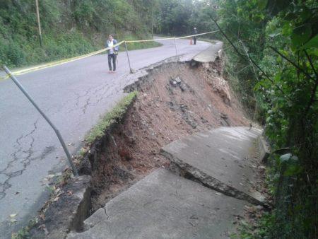 Lluvias colapsa vialidad y obligan a desalojar ambulatorio de Las Minas
