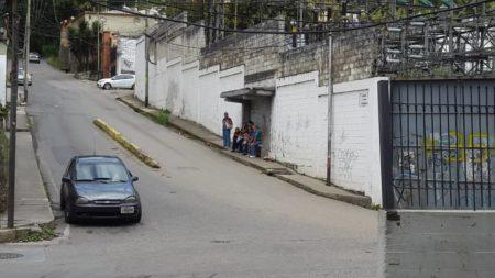 Vecinos de El Picacho pasan horas en cola esperando transporte