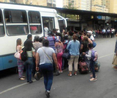 En Paracotos siguen sin transporte para trasladarse a Caracas y Los Teques