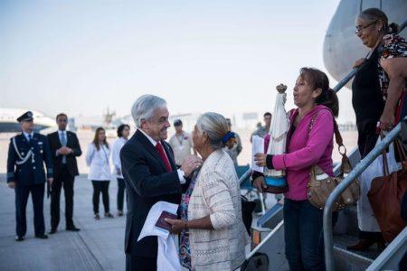 Piñera recibe a 99 chilenos que vivían en Venezuela y pidieron volver a Chile