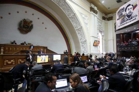 Parlamento de Venezuela asume competencias del Ejecutivo, al que no reconoce