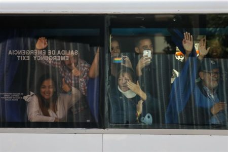 Diputados venezolanos viajan en tres autobuses a la frontera con Colombia