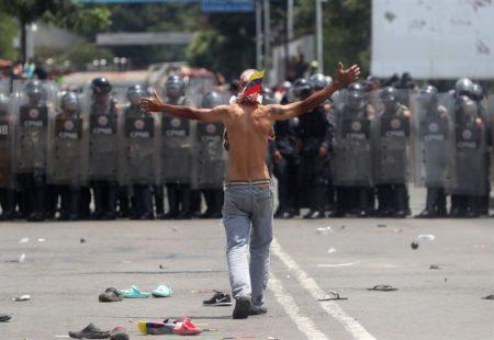 Tensión en frontera de Venezuela con quema de ayuda y al menos 60 deserciones