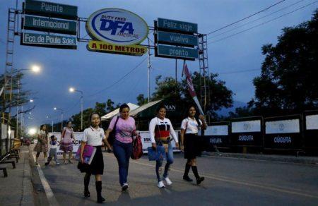 Escolares venezolanos pasan frontera con Colombia para ir a clases en Cúcuta