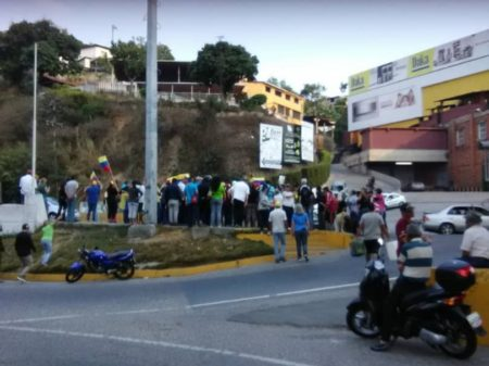Pese a amenazas del alcalde carrizaleños protestaron por falta de agua en la Panamericana
