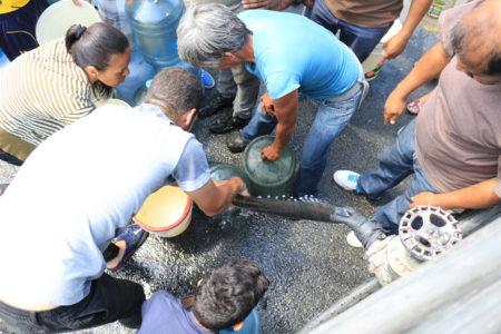 Ante contingencia eléctrica alcaldía de Carrizal suministra agua potable con cisternas