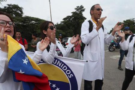"""Médicos venezolanos denuncian """"agresión permanente"""" del Gobierno de Maduro"""