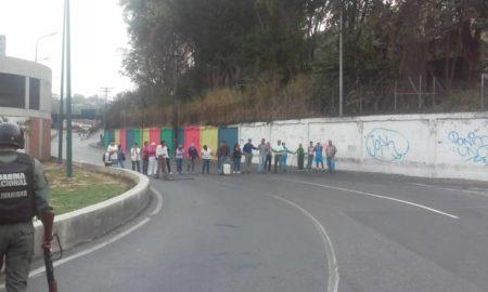 """""""Con sed y sin respuesta"""" se mantienen manifestantes en Los Teques"""