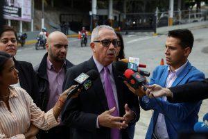 JJPANA9814. CARACAS (VENEZUELA), 21/01/2020.- El abogado del diputado opositor Ismael León, Joel García, ofrece declaraciones a los medios de comunicación a la entrada de El Helicoide, sede del Servicio Bolivariano de Inteligencia Nacional (Sebin) en Caracas (Venezuela). Joel García, el abogado del diputado opositor venezolano Ismael León, confirmó este martes que el parlamentario fue detenido junto a su asistente tras intentar acudir a la sesión de la Asamblea Nacional (AN, Parlamento) que se realizó en una plaza por temor a que se produjeran agresiones. EFE/RAYNER PEÑA R.
