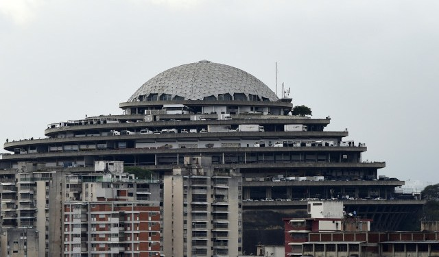 """View of the Bolivarian National Intelligence Service (SEBIN) headquarters, known as """"El Helicoide"""", in Caracas, on May 9, 2019. - Edgar Zambrano, a senior leader of the opposition-dominated National Assembly, was detained by Venezuelan intelligence agents Wednesday, in the first arrest of a lawmaker since the failed uprising against President Nicolas Maduro last week. (Photo by STR / AFP)"""